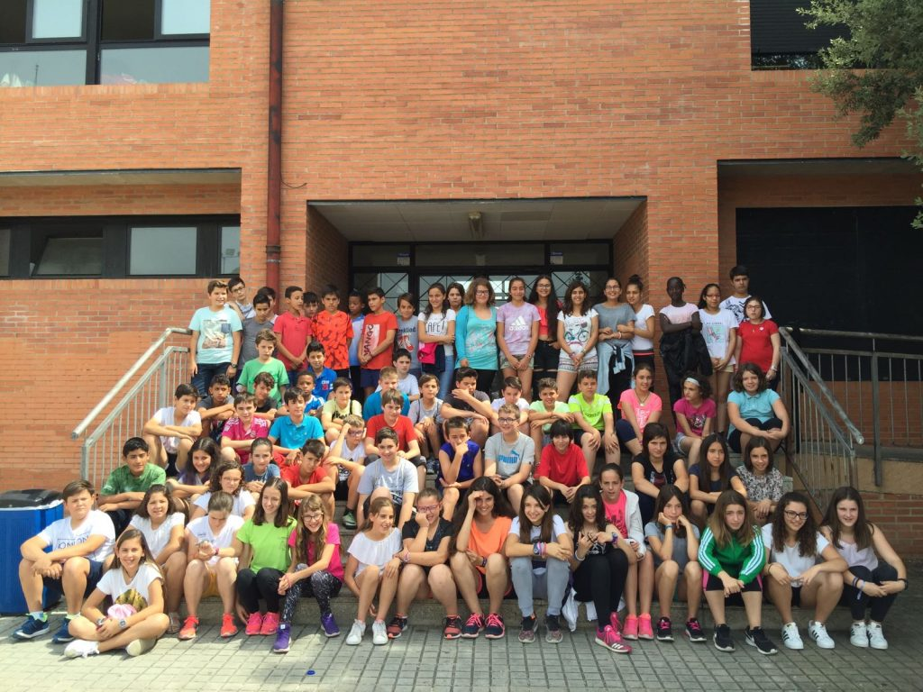 Foto de los alumnos del CEIP ARAGON, CEIP MONZON III y CRA ARCOIRIS de 6º de Primaria